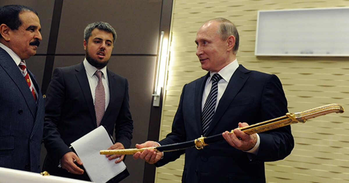 Король Бахрейна Хамад II бен Иса аль-Халиф и президент России Владимир Путин во время передачи меча из дамасской стали президенту России