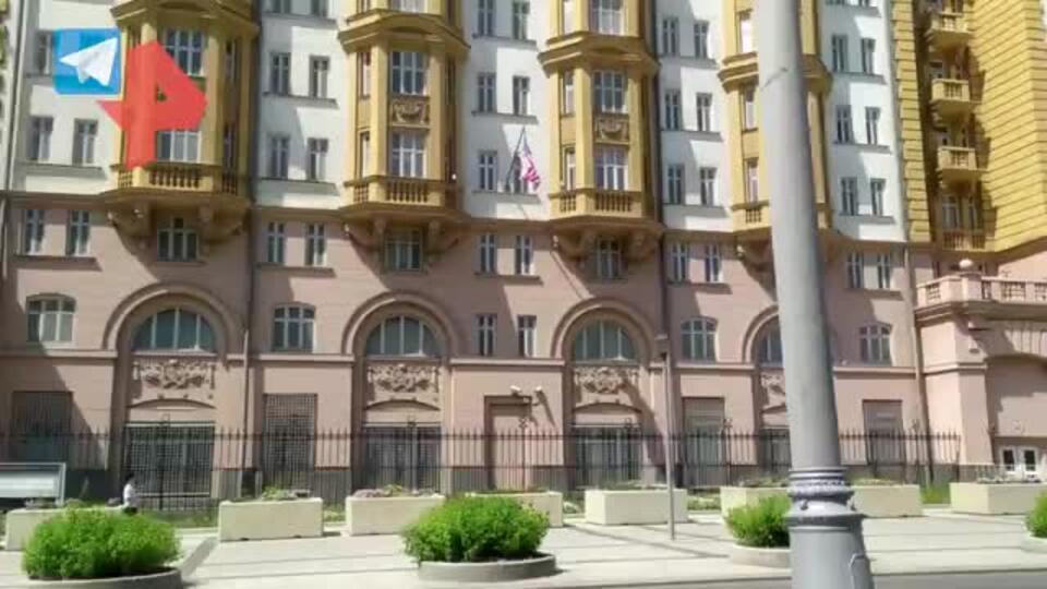 Юрист оценил появление ЛГБТ-флага на здании посольства США в Москве