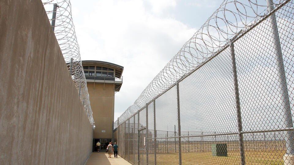 """""""Все в крови"""": заключенные в США пострадали из-за передозировки Pfizer"""
