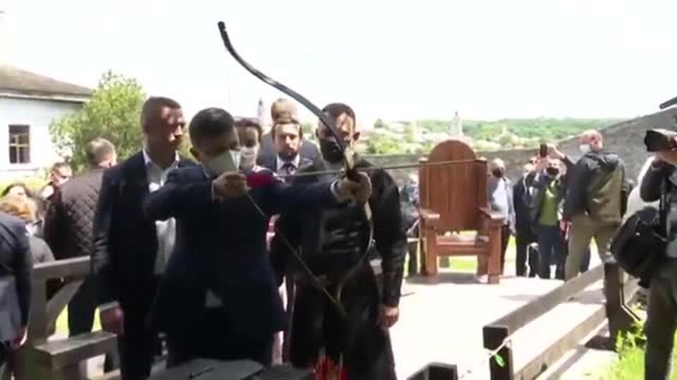 Зеленского подняли на смех после стрельбы из лука в «кабана»