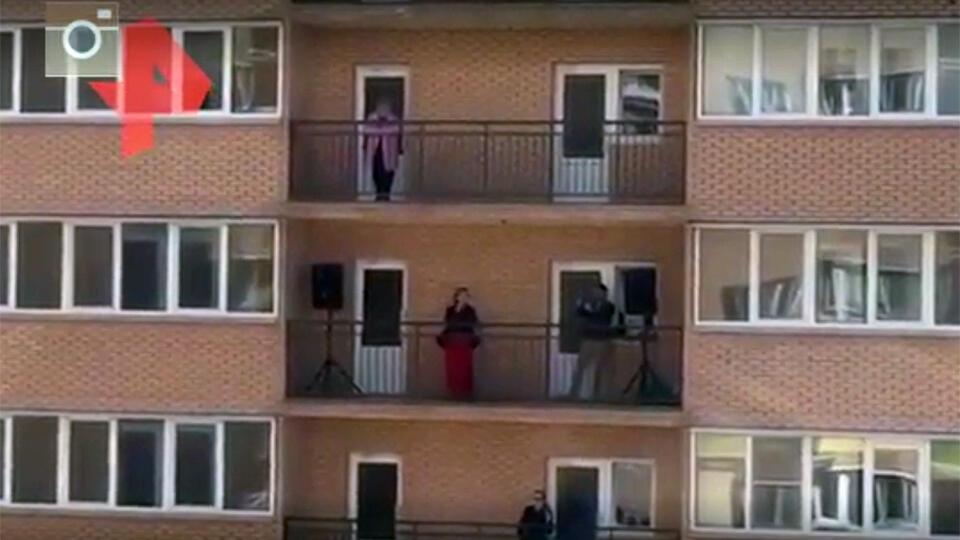 Видео: в Краснодаре оперная певица устроила концерт на балконе