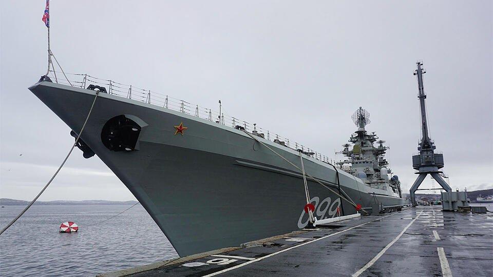 Крейсер Петр Великий провел межвидовые учения в Баренцевом море