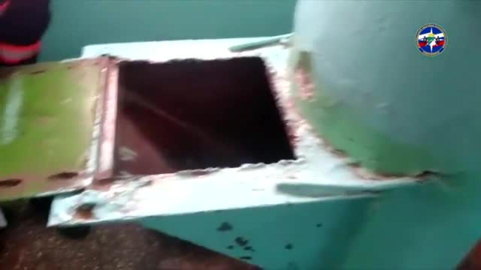 Диалог с мусоропроводом: новосибирец застрял, пытаясь спасти паспорт