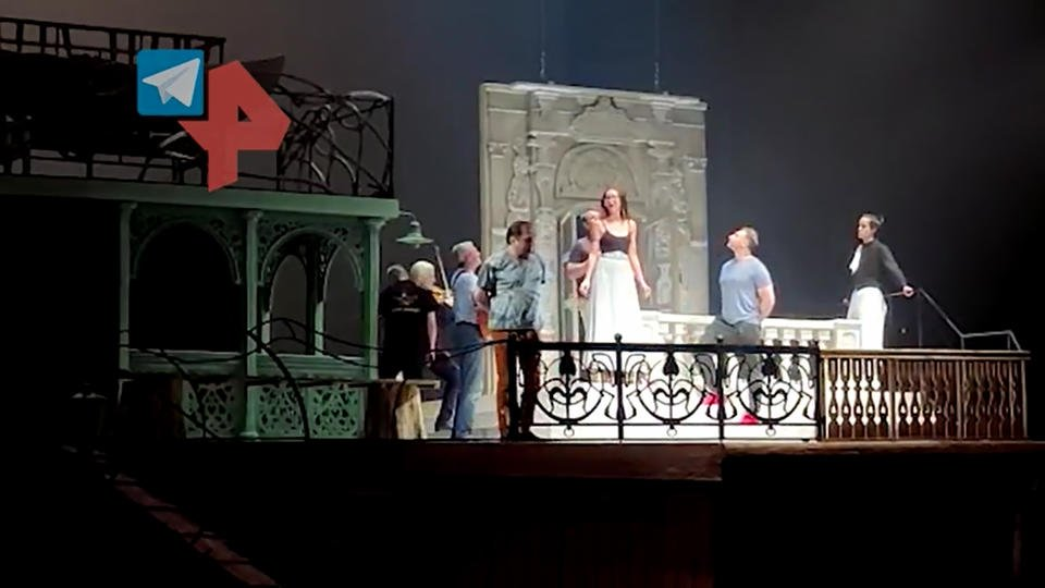 Появилось видео попытки Бузовой спеть на сцене МХАТа