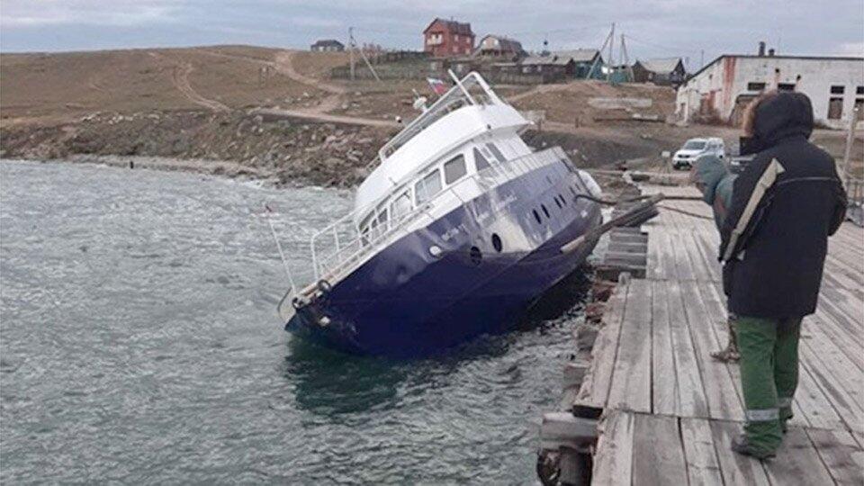 Прокуратура проводит проверку после утечки топлива с катера в Байкал