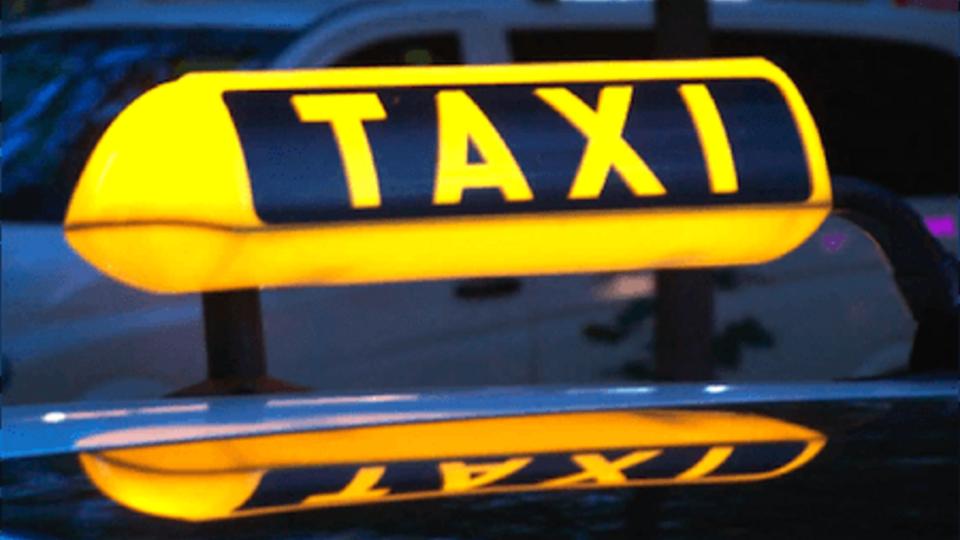 Таксист вымыл машину вещами пассажирки, которую стошнило в салоне