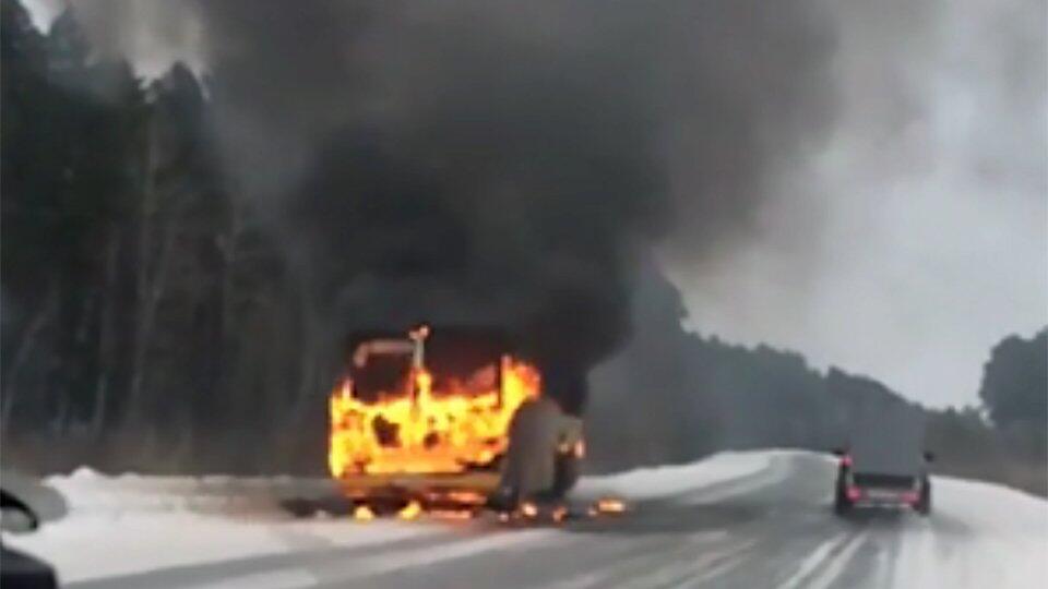 Видео: в Тюменской области горит школьный автобус