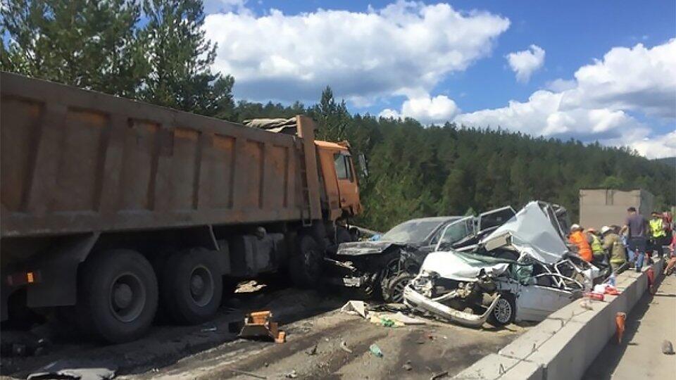 Кадры с места смертельного ДТП с пятью авто под Челябинском