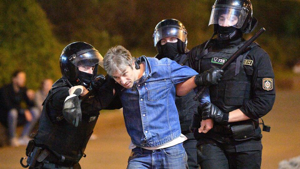 Число задержанных протестующих в Минске превысило 100 человек