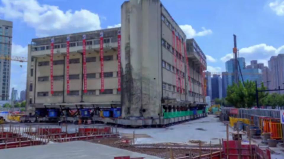 Старую школу в Китае подняли с земли и перенесли на новое место