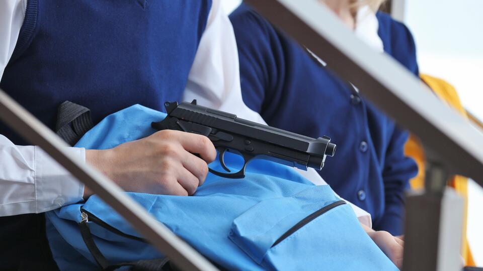Подросток принес в школу пистолет и стрелял в раздевалке в Ленобласти