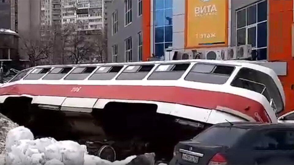 Трамвай в Самаре съехал с путей и опрокинулся на авто без водителя