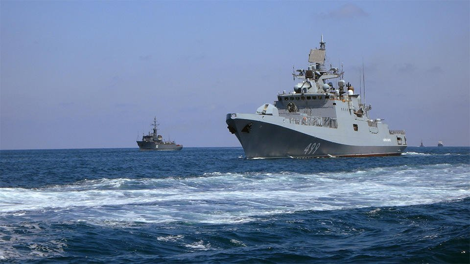Более 20 кораблей провели учения в Черном море с авиацией ЮВО