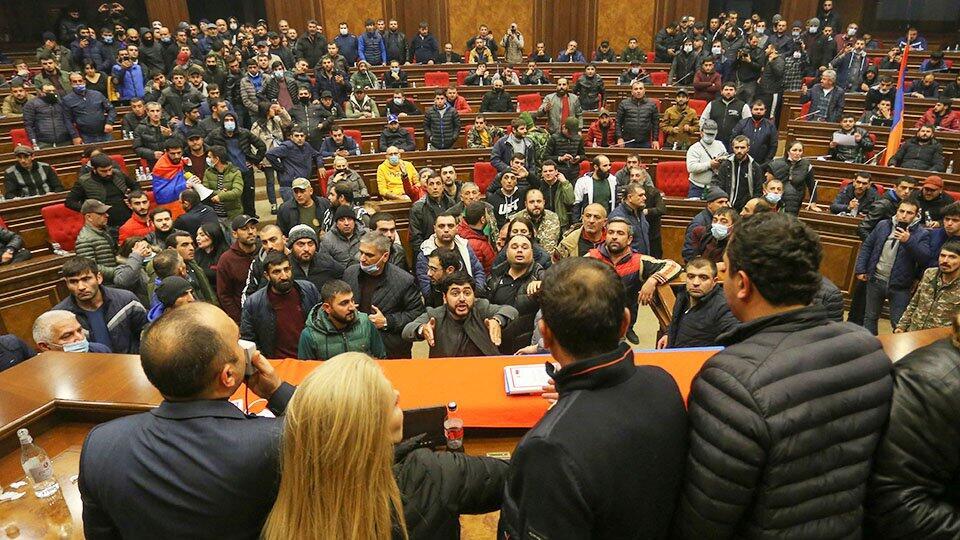Парламент Армении отказался отменить военное положение | В мире, Политика |  РЕН ТВ