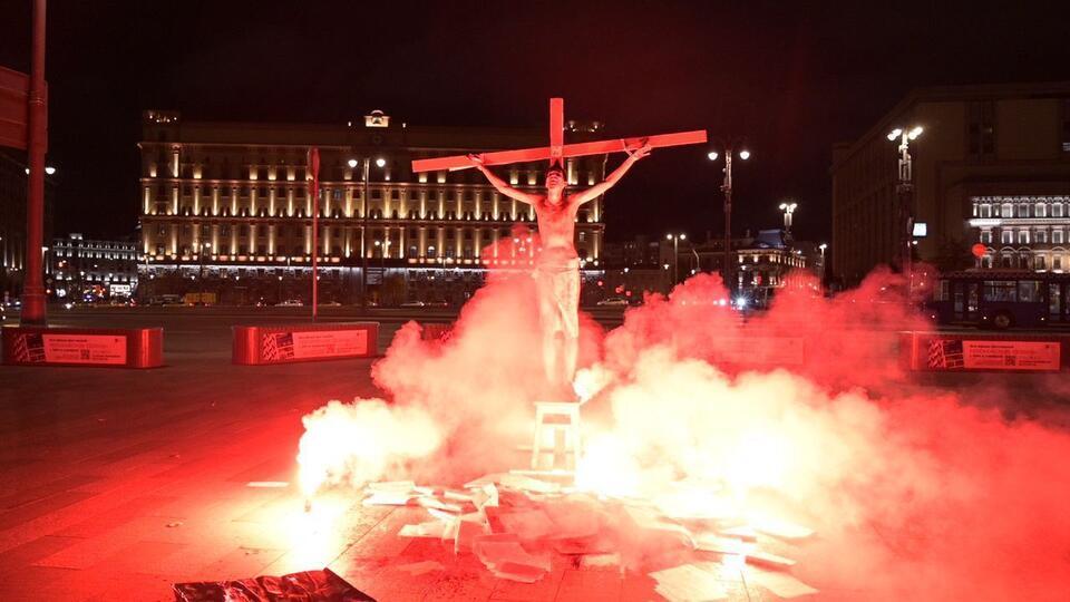Нарядившегося распятым Иисусом акциониста задержали в Москве