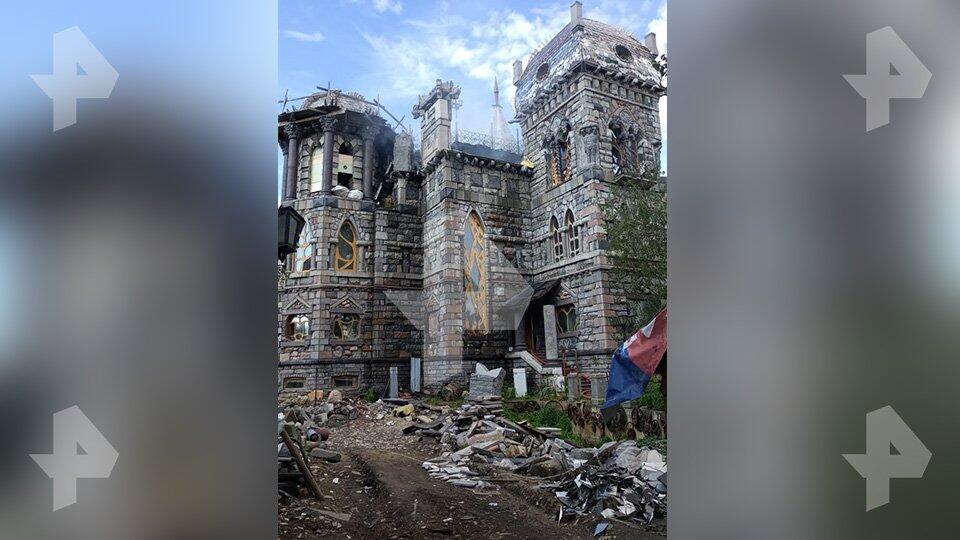 Роскошный замок с витражными окнами сгорел в подмосковной Балашихе