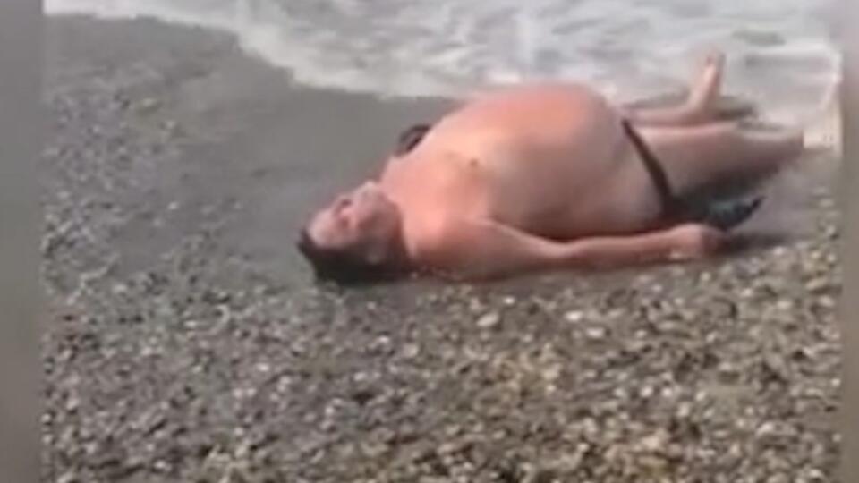 Волна вынесла голого мужчину на берег в Сочи