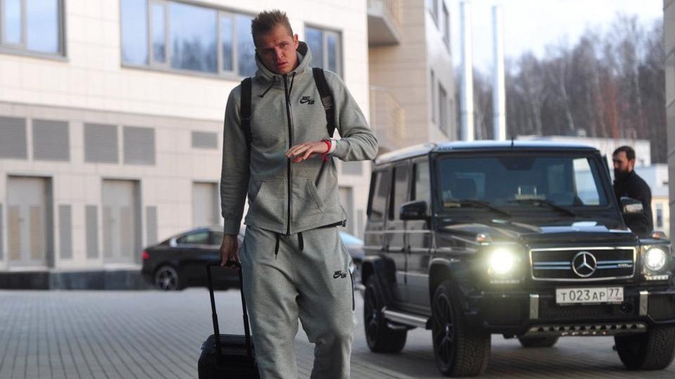 Суд арестовал все счета футболиста Тарасова по иску бывшей жены