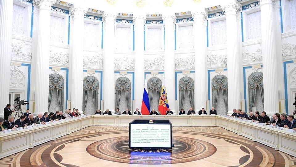 Путин обсудит поправки в Конституцию с главами думских фракций 5 марта