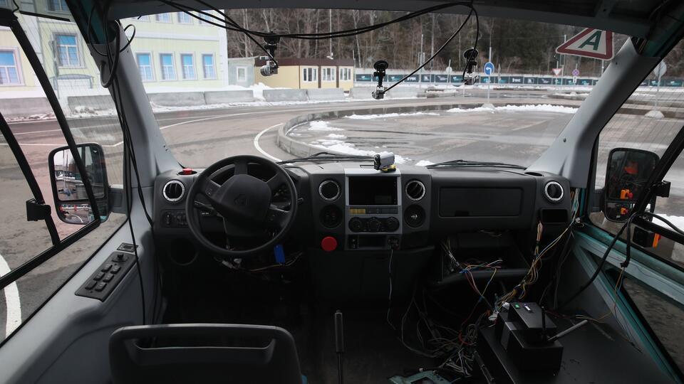 Эксперты о препятствиях для беспилотных авто в городах: люди и дороги