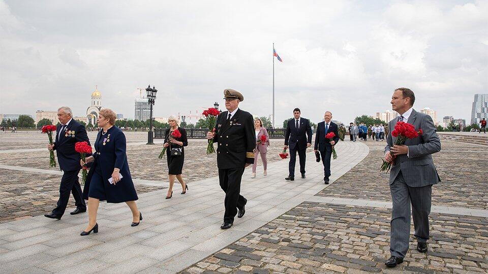 На Поклонной горе прошла торжественная церемония подъема флага России