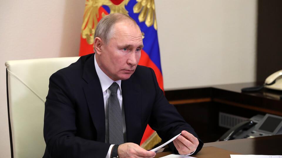 Путин поручил изучить эффективность вакцин РФ против штаммов COVID-19