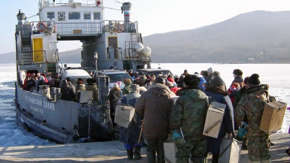 Мост закрыт: жителей острова Русский вывезут во Владивосток паромом