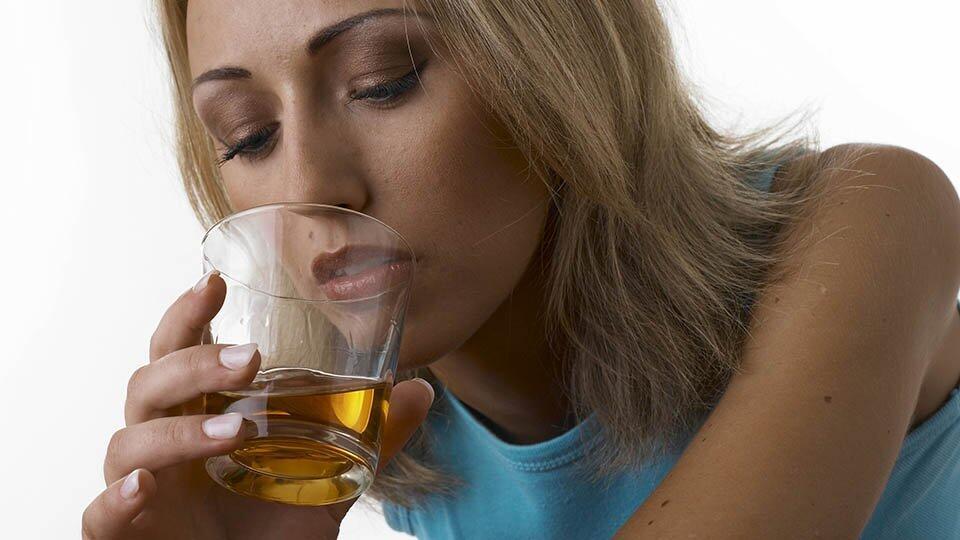 Нарколог: употребление алкоголя увеличивает риск заражения COVID-19