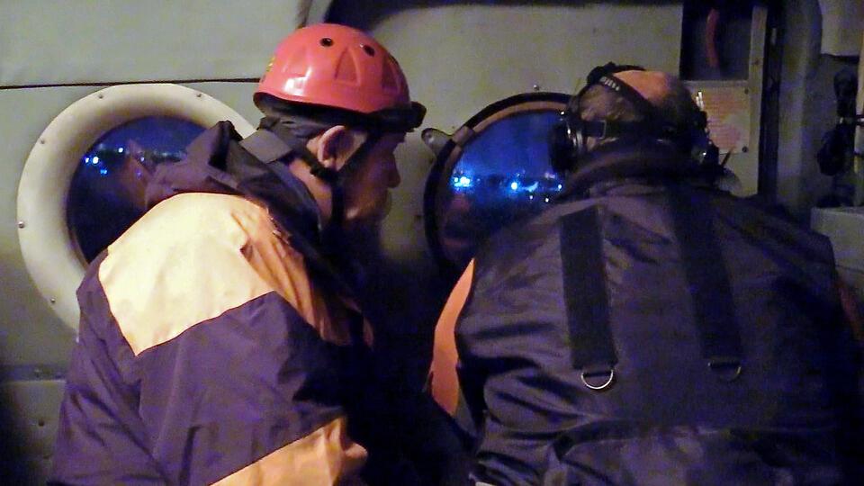 Спасатели пытаются добраться до упавшего на вершину сопки Ан-26