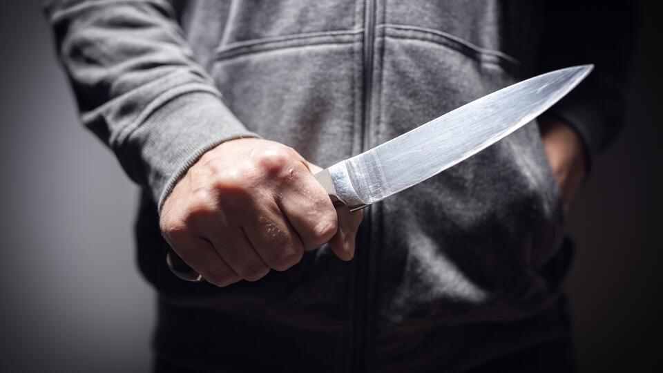 Мужчину отпустили после попытки зарезать пасынка, и он убил его мать
