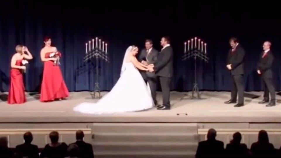 Жених подшутил над невестой на свадьбе и вызвал обсуждение в Сети