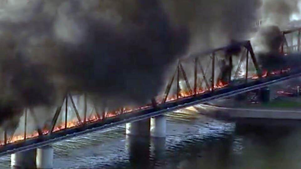 Поезд сошел с рельсов в США, частично рухнул мост