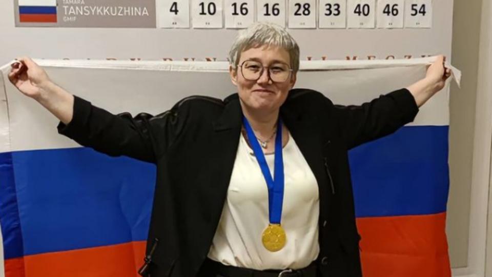Тансыккужина выложила фото с триколором после победы на ЧМ по шашкам