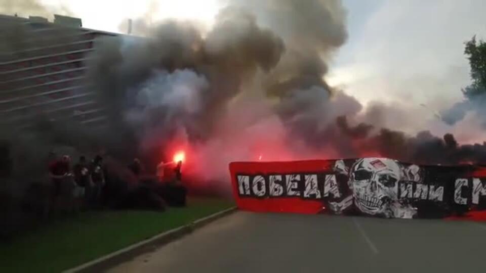 Фанаты зажгли файеры и перекрыли дороги возле стадиона в Москве