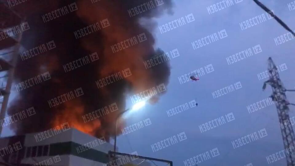Вертолеты подключили к тушению склада в Москве