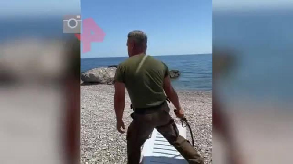 """Полиция Крыма проверит инцидент с """"охранником пляжа"""" с плеткой"""