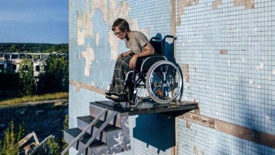 """Самарский художник показал чиновникам жизнь """"в стране без инвалидов"""""""