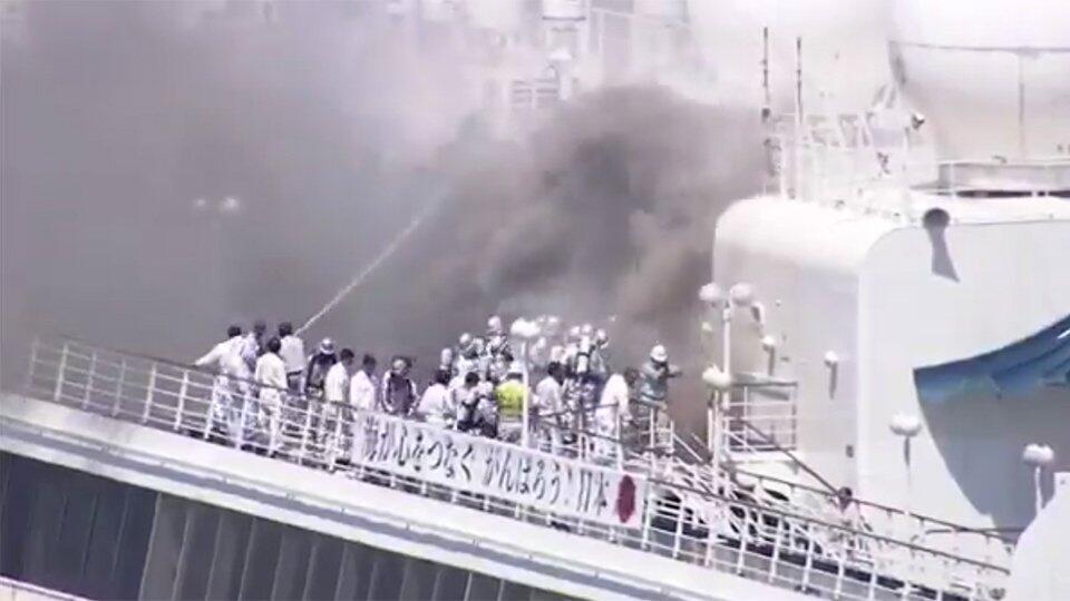 В Японии загорелось круизное судно