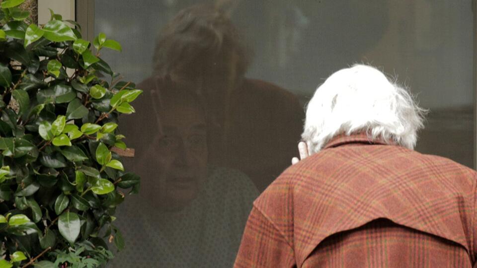 Любовь и коронавирус: фото с разлученной пожилой парой растрогали Сеть