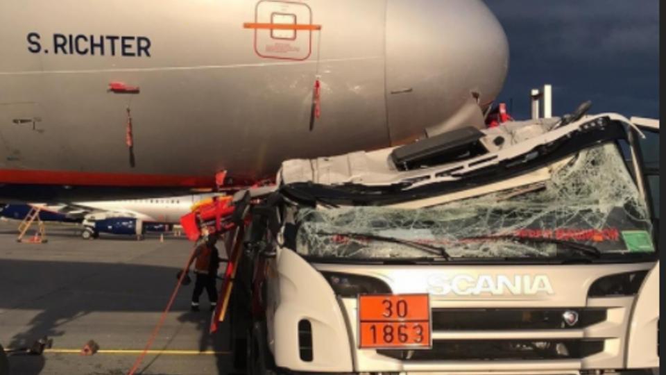 Фото с места столкновения бензовоза и самолета в Шереметьево