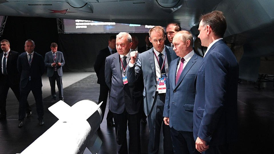 Путин посетил МАКС-2021 и ознакомился с новинками авиапрома