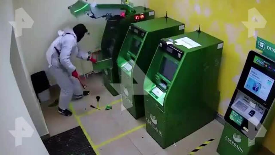 Камеры сняли, как грабители с кувалдами взломали банкомат под Москвой