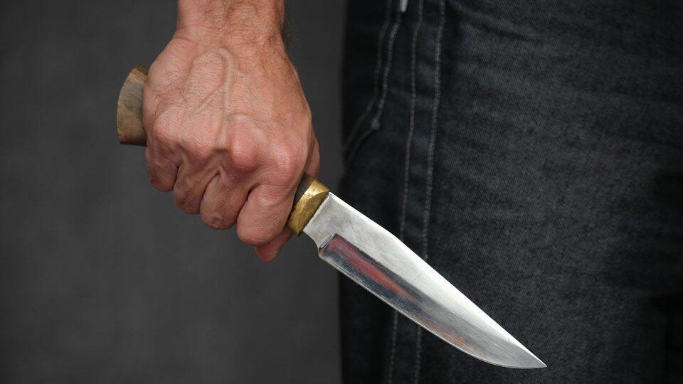 На сотрудницу полиции напали с ножом в парижском регионе