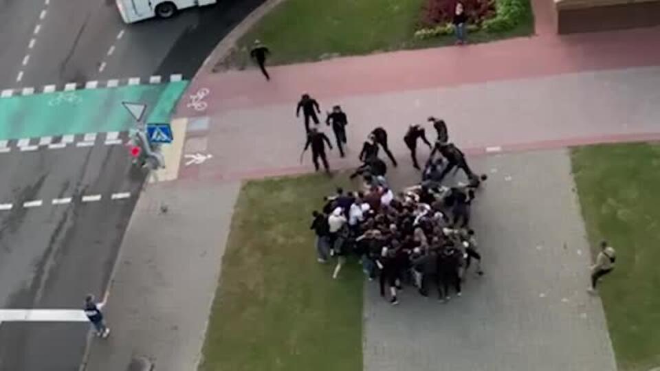 """""""Стоим!"""": видео избиения группыпротестующих дубинками в Минске"""