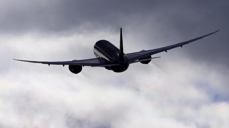 Самолет экстренно сел в Абакане из-за заболевшего пятилетнего ребенка