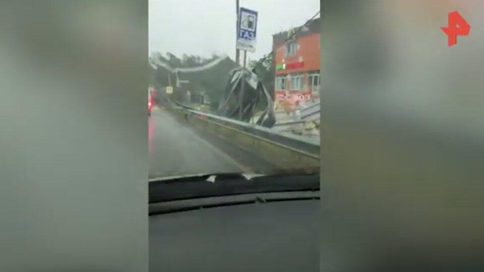 """""""Столб повалило, крышу унесло!"""": видео удара """"суперливня"""" под Москвой"""