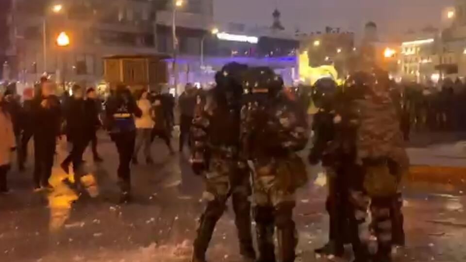 Протестующие распылили газ в лицо ОМОНовцу на акции в Москве