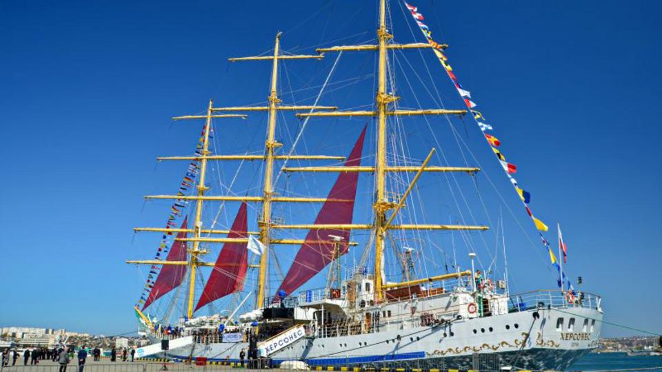 """Стилизованные под старинные корабли суда прошли парадом на """"Тавриде"""""""
