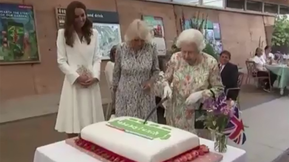 Елизавета II рассмешила всех, разрезав торт мечом на саммите G7
