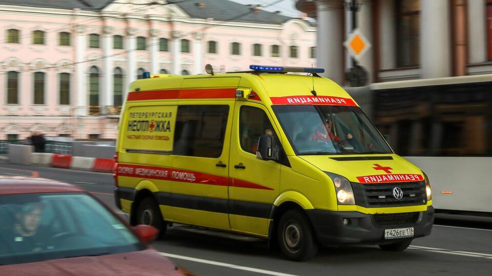 Упавший с полки багаж переломил позвоночник туристке по пути в Сочи